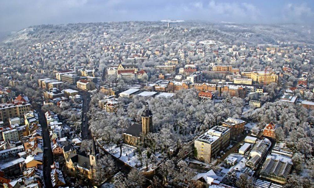 Jena: Winterlicher Panoramablick auf die Stadt